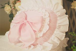 粉嫩布艺抱枕打造温馨浪漫居室