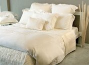 优雅丝制床品打造干净优雅卧室
