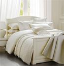 白色床品打造温馨浪漫卧室