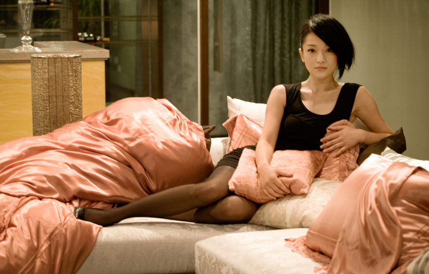 """周迅代言紫罗兰家纺亲情演绎""""精致女人、精品生活"""",完美诠释了紫罗兰家纺的内涵,美呈现居家女性典雅气质。周迅代言紫罗兰家纺家居照呈现的视觉盛宴教会你如何散发女性魅力。"""