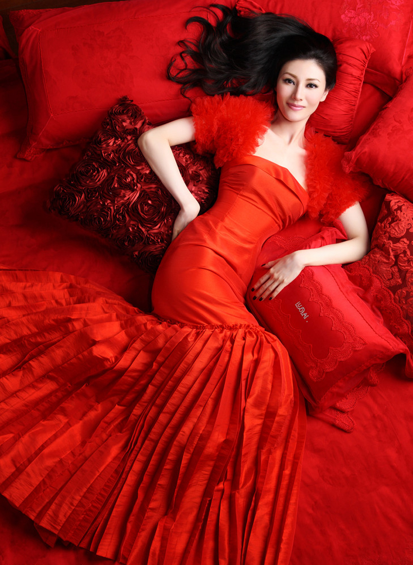 李嘉欣秀外慧中的甜美形象已经成为了亚洲女性美的典范,与生俱来的不俗气质,高贵优雅的气质,与罗莱家纺的气质融洽和谐!李嘉欣代言罗莱家纺高贵优雅家居照让人迷醉。