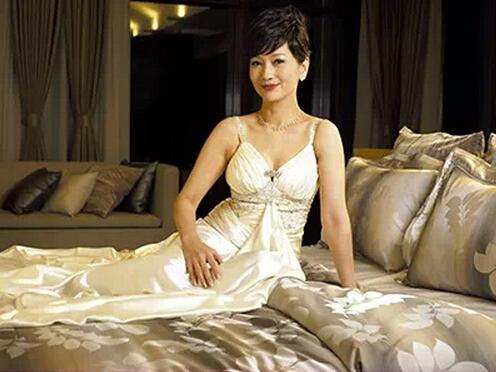 赵雅芝11月15日喜迎60大寿,不老女神,美了一被子。正值雅芝六十大寿,小编也来盘点一下,女神自代言博洋家纺以来的不同年份精美家居照,一起分享美的神话。