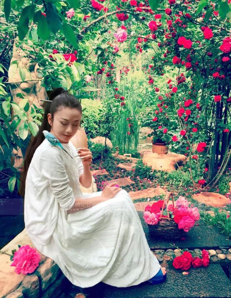 """有的女人二三十岁已经被柴米油盐、日常琐事缠身,年纪轻轻就让人无法直视;也有的女人年过半百还美得掉渣,往少女堆里一站仍不乏仙气,身材容貌丝毫不输。其他人暂且不表,今天就来表一表我们富安娜的形象代言人杨丽萍杨姐姐吧!<br /> 昨日腾讯新闻爆出的杨丽萍最新照片简直亮瞎小编双眼!杨丽萍穿着白色长裙,盘起头发置身花海之间,飘飘白裙、乌黑长发、纤瘦的身材,谁能相信,这一位花中""""少女""""其实已经56岁?<br /> 富安娜作为杨丽萍代言的品牌,与杨姐姐对于自然艺术的追求心有灵犀,善于以大自然中形形色色的花卉为灵感和创作语言,将烂漫的自然大花园呈现在床品中,也煞是美好、浪漫呢!富安娜的不少作品,都有杨姐姐参与设计、提供灵感哦!"""