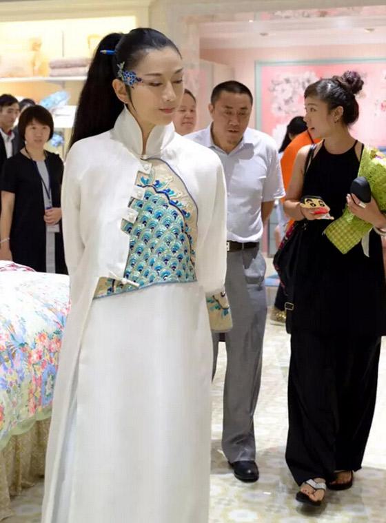 """久未现身公众活动的知名舞蹈艺术家杨丽萍女士,富安娜家纺的代言人,6月6日晚现身深圳,出现在知名品牌——富安娜的2015秋冬""""领秀""""新品发布会现场。<br /> 一袭白裙飘飘,对于我等凡夫俗子来说简直是可望而不可即,但穿在杨丽萍身上,却是如此浑然天成,气质融洽到天衣无缝,仿佛看到了仙子下凡!引起现场轰动。与时尚模特一起为时尚秀谢幕,万花丛中的一抹净白,上演超凡脱俗之美。"""
