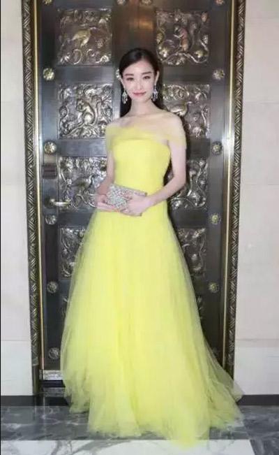 """近年来拥有极高人气的风格偶像女神""""倪妮"""",近期成功签约十大家纺品牌宝缦家纺,成宝缦家纺最新形象代言人,据悉一大波靓丽宣传片已在北京拍摄完成。<br /> 倪妮自出道以来一直以清新、健康的都市新女性形象为大家所喜爱,她完美的形象、甜美的笑容、强大的气场让她成为众多时尚界宠儿。从影视圈到时尚界,倪妮身上散发出的东方女性的优雅自信、独立气质,及优质时尚的生活理念与宝缦家纺的品牌理念不谋而合。"""