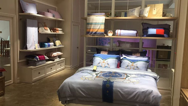 【品牌家纺网讯】罗莱致力于为消费者创造高品质家居生活和优质睡眠体验,以高贵气质和优雅精致风格深受千万消费者喜爱,卓越的产品品质和鲜明的品牌形象在市场上独树一帜。期待您的光临~