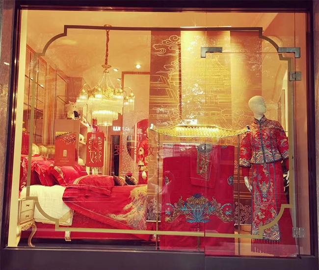 【品牌家纺网讯】罗莱家纺18秋冬新款已全面上市,法式的优雅浪漫;中式婚庆气势磅礴;现代装饰简约时尚;罗莱与您共赴财富盛宴。