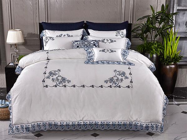 """紫罗兰家纺,成立于1995年,是中国大陆早的家纺品牌制造企业之一,总部位于中国纺织基地——江苏南通。近年来公司坚持走""""以市场为导向,不断自主创新""""的发展之路,已成为从传统型家纺企业向科技型家纺企业转变的先行企业。"""