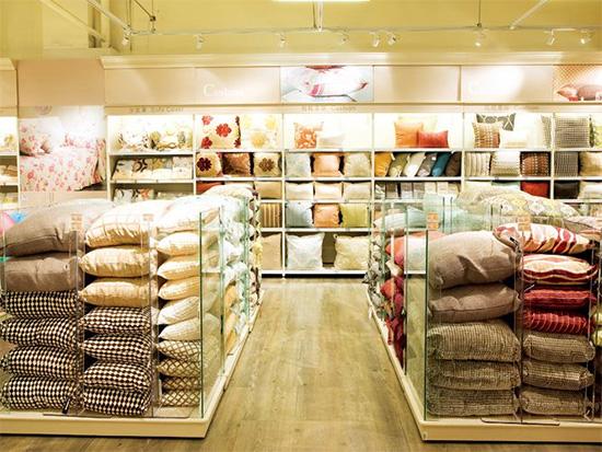 """以""""品味生活,轻松拥有""""为品牌理念,致力于为顾客提供紧致且具有风格的家用家饰商品。拥有餐茶具、床品寝具、厨房用具等超万种商品,以开架式陈列满足顾客一站购足的需求,并透过情境式摆设,提供顾客家居解决方案。、床品寝具、厨房用具等超万种商品,以开架式陈列满足顾客一站购足的需求,并透过情境式摆设,提供顾客家居解决方案。"""