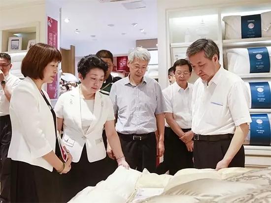 江苏省政协主席走访罗莱总部展厅进行专题调研