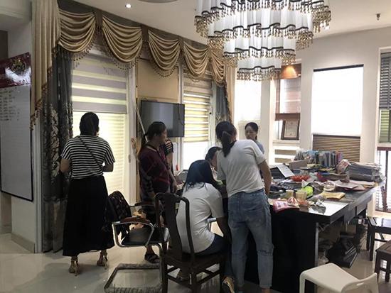 国庆促销摩力克邵武专卖店顾客排长队抢购