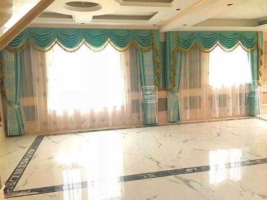 如鱼得水窗帘精品与您分享高档客厅的窗帘搭配方案